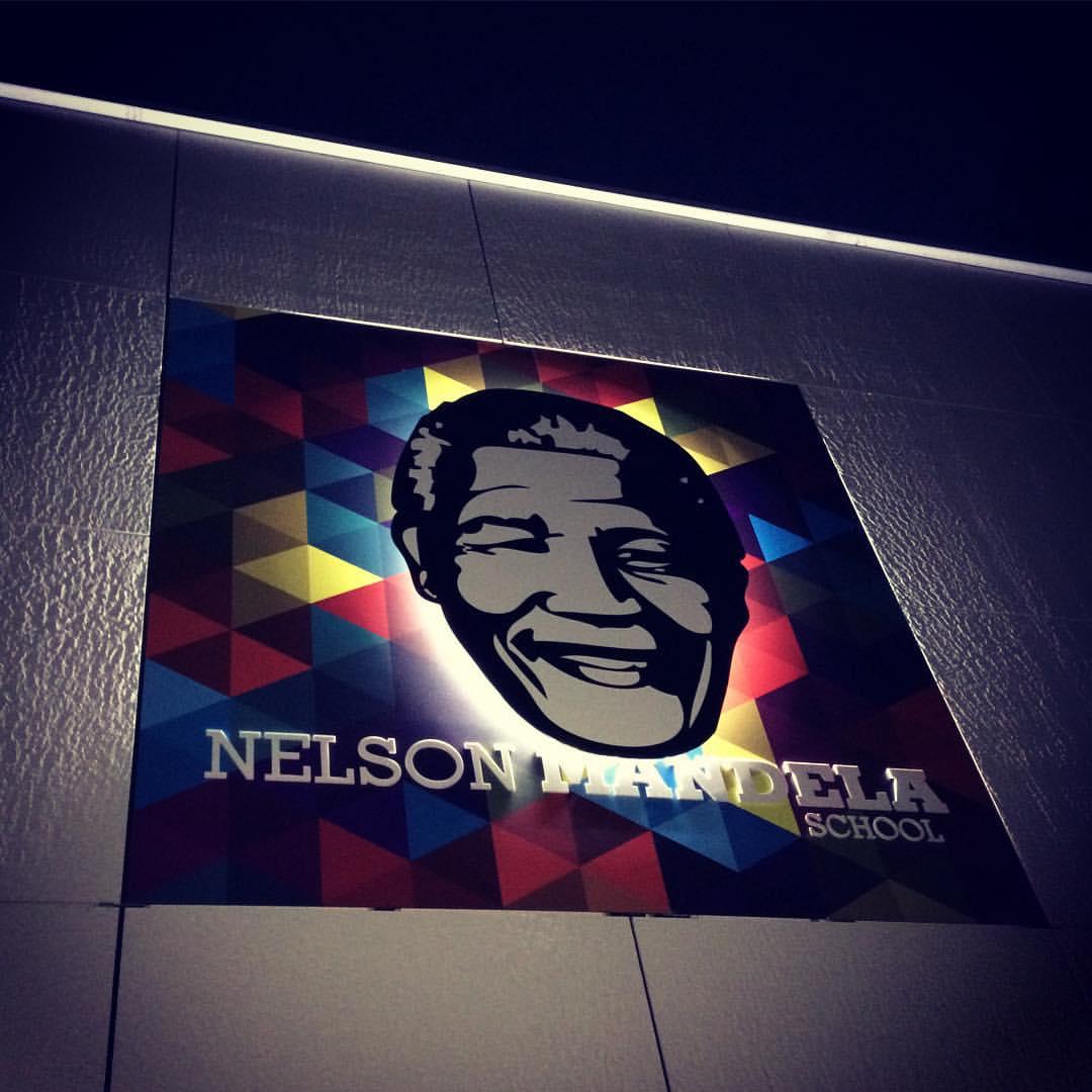 Outdoorsign Nelson Mandela School 's avonds