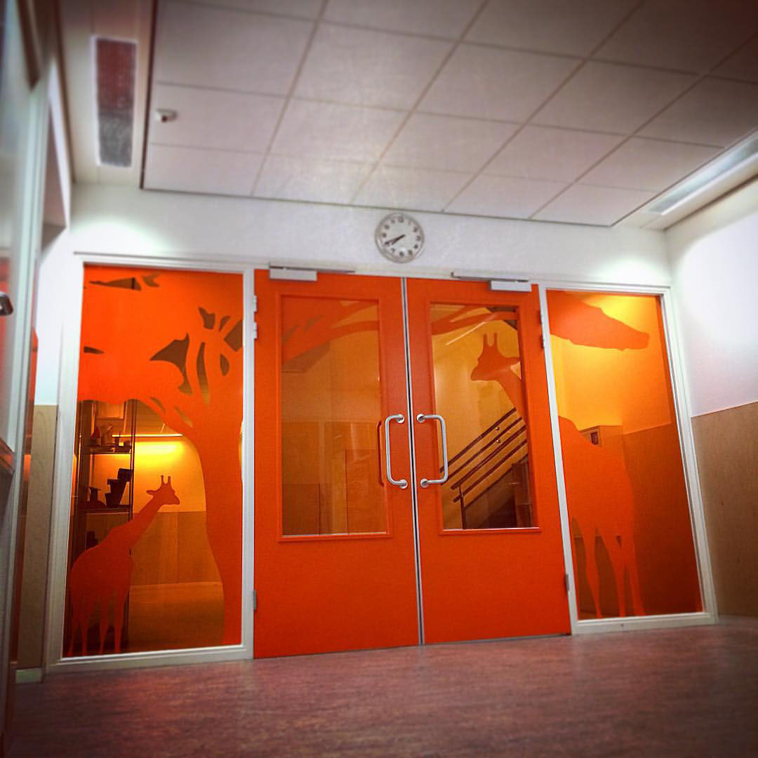 Signing entree glazen deuren Nelson Mandela School